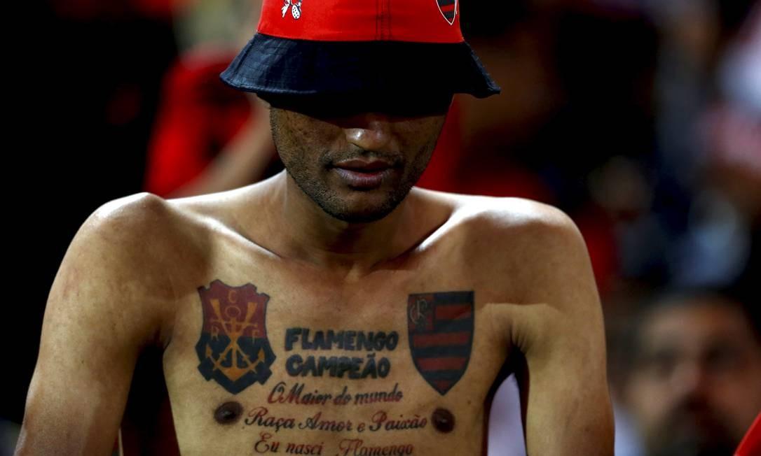 Torcedor do Flamengo com a paixão pelo clube tatuada no peito Foto: MARCELO THEOBALD