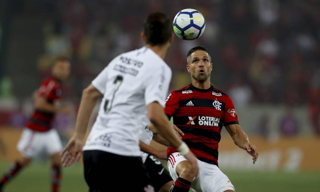 Diego tenta o domínio no clássico diante do Corinthians MARCELO THEOBALD / MARCELO THEOBALD