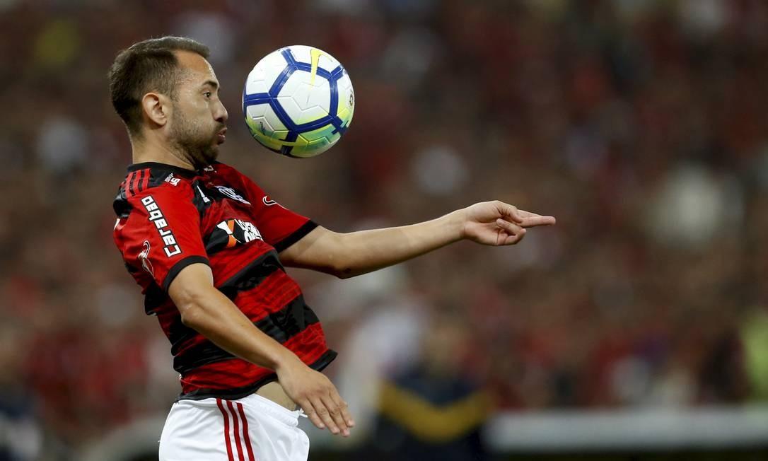 Everton Ribeiro domina a bola na partida no Maracanã, contra o Corinthians MARCELO THEOBALD / MARCELO THEOBALD