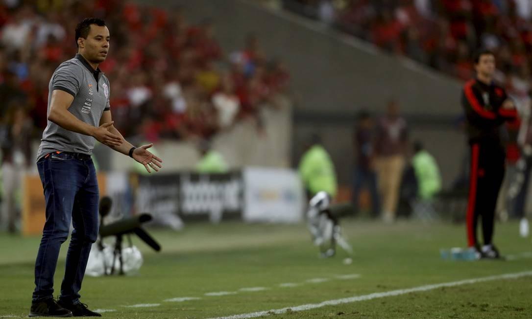 O técnico do Corinthians, Jair Ventura, à esquerda, e o do Flamengo, Mauricio Barbieri Foto: MARCELO THEOBALD / MARCELO THEOBALD