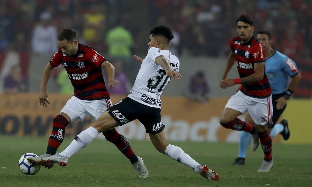 Observado por Paquetá, Everton Ribeiro tenta levar o Flamengo ao ataque Foto: MARCELO THEOBALD / MARCELO THEOBALD