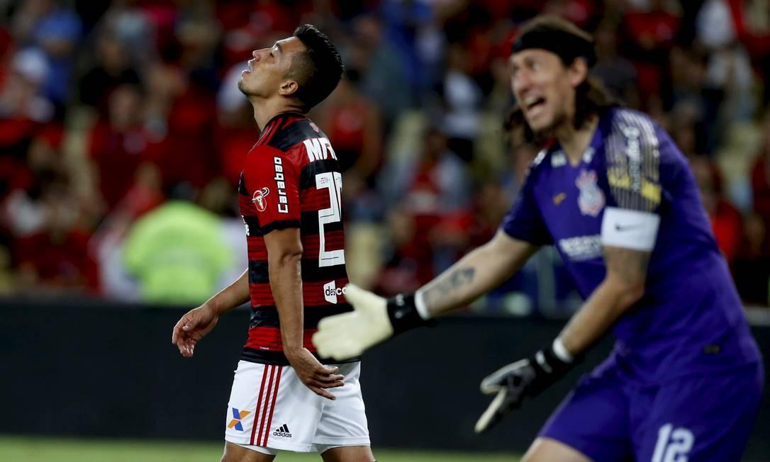 O goleiro Cássio gesticula na partida contra o Flamengo Foto: MARCELO THEOBALD / MARCELO THEOBALD