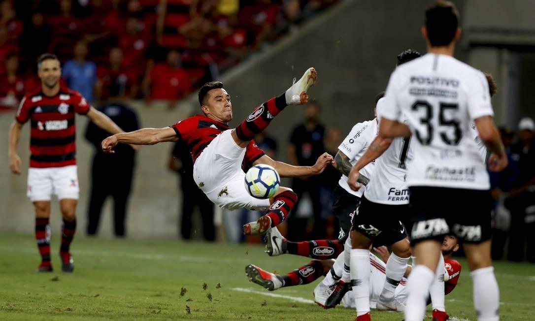 Uribe fura o voleio na área corintiana MARCELO THEOBALD / MARCELO THEOBALD