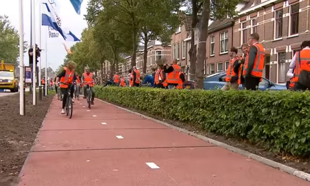 Parte de ciclovia feita a partir de plástico inaugurada em cidade holandesa Foto: RTL Nieuws/ Reprodução Youtube
