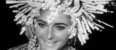 Elizabeth Taylor com um colar da marca em 1967: a joia faz parte da exposição Foto: AFP