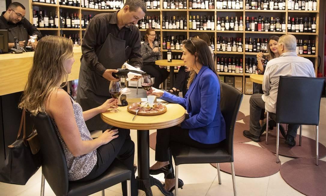 Bergut: happy hour para degustar vinhos e queijos. Na foto, em primeiro plano: Fernanda Mandarino e Marilisa Wernesbach (de terninho azul) Foto: Ana Branco / Agência O Globo