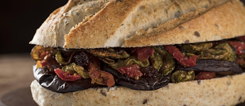 Talho Capixaba. Sanduíche vegetariano (R$ 19,60), com abobrinha laminada, berinjela e tomate seco Foto: RODRIGO AZEVEDO FOTOGRAFIA / Divulgação