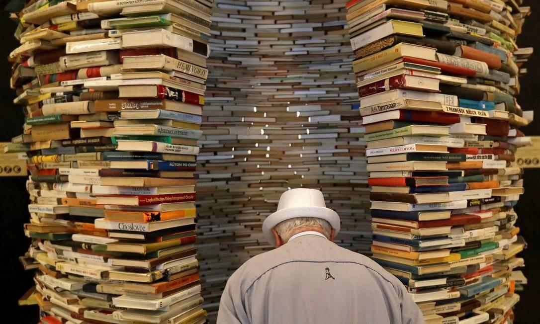 Livros empilhados na entrada da Biblioteca Municipal de Praga, em Praga, República Checa Foto: DAVID W CERNY / REUTERS