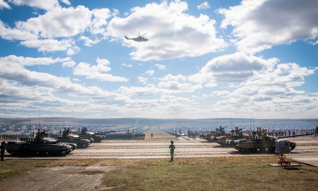 Tropas e equipamentos militares russos, chineses e mongóis desfilam no dia dos exercícios militares Vostok-2018 MLADEN ANTONOV / AFP