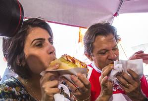 Manuela D´Ávila, candidata a vice, e Fernando Haddad comem cachorro-quente durante campanha em Osasco Foto: Edilson Dantas / Agência O Globo