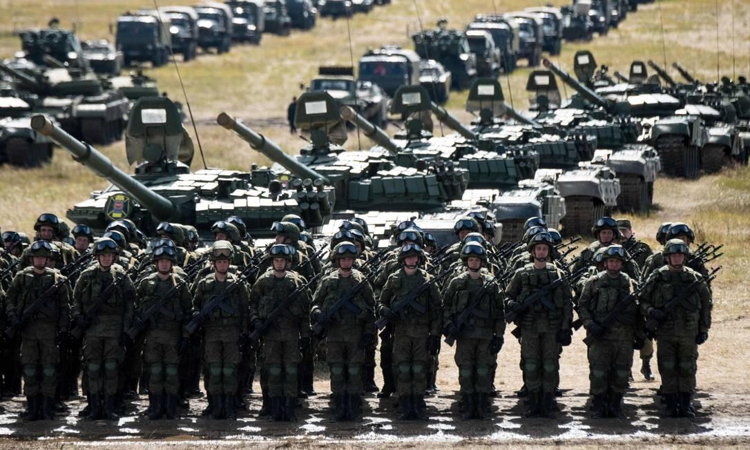 Tropas russas desfilam no dos exercícios militares Vostok 2018 MLADEN ANTONOV / AFP