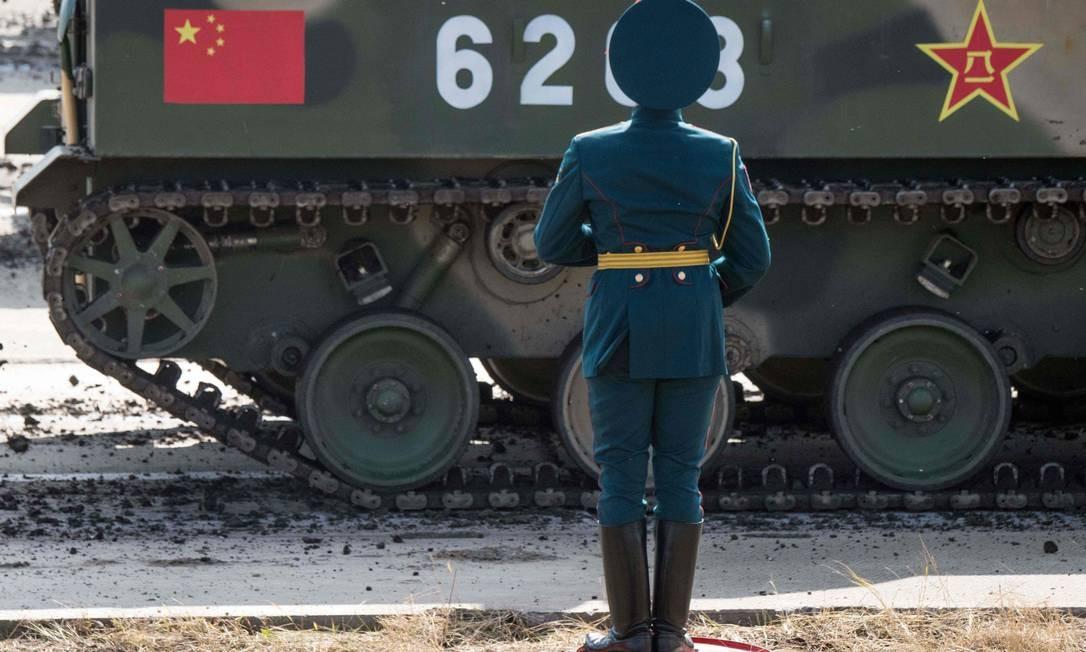Guarda russo assiste ao desfile dos exercícios militares Vostok 2018 MLADEN ANTONOV / AFP