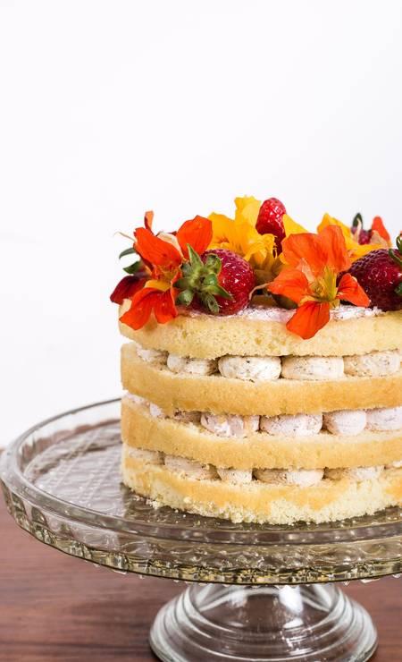Deli Delícia. Primavera (R$ 74,90) é a torta feita com pão de ló e recheada com chantilly de frutas vermelhas e nozes, morangos e flores. A edição é limitada e só é feita sob encomenda (3572–8539) Foto: Carol Oliveria / Divulgação