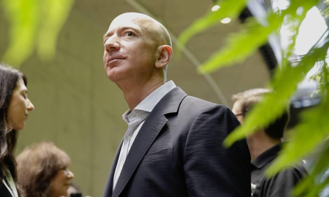 Nesta foto de arquivo de janeiro de 2018, Jeff Bezos visita a instalação da Amazon Spheres, em Seattle, Foto: JASON REDMOND / AFP