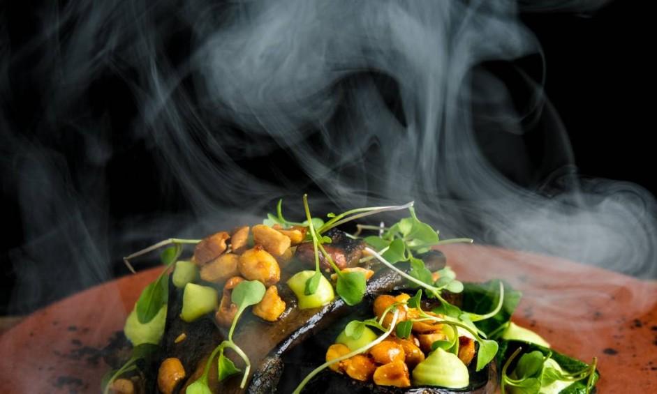 .Org. Tati Lund criou a berinjela, maçaricada no missô, cachaça, maionese de wasabi, amendoim no melado e folhas tostadas Foto: TomasRangel / O GLOBO