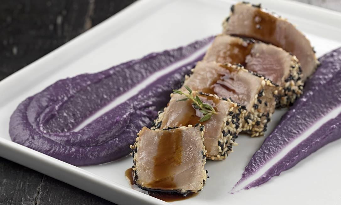 Hollandaise Brasserie. O lombo de atum em crosta de mix de gergelim (R$ 72) é servido com purê de batata doce roxa. Av. Lucio Costa 5750, Barra (2492-0061) Foto: Rodrigo Azevedo / Divulgação