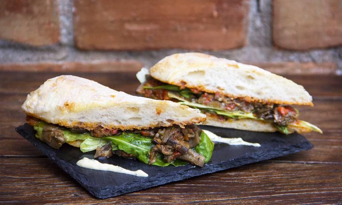 Empório São Roque. O sanduíche de camponata de berinjela leva pasta turca, tomate e rúcula e é servido no ciabatta (R$ 23). Rua Bambina 161, Botafogo (98498-1785) Breno Cersosimo / Divulgação
