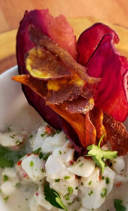 Bota. O ceviche del giorno (R$ 35), de peixe branco com gengibre e cebola roxa, é servido com chips de batatas doce, roxa e laranja. Av. Infante Dom Henrique S/N, Marina da Gloria (2225-9418) Foto: Divulgação