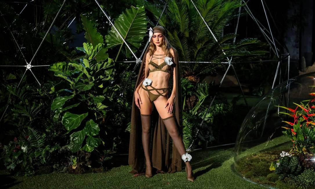 Gigi Hadid de lingerie no desfile da Fenty JEENAH MOON / REUTERS