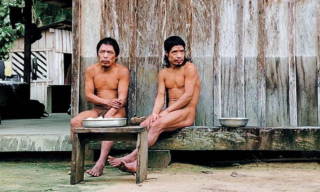 À esquerda, Baita e Tamandua, únicos remanescentes de sua aldeia, e Jair Candor, líder da frente de proteção da Funai responsável pela Terra Indígena Piripkura e que participou da primeira expedição em busca dos índios, em 1989 Foto: Divulgação/'Piripkura'