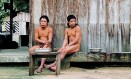 À esquerda, Baita e Tamandua, únicos remanescentes de sua aldeia, e Jair Candor, líder da frente de proteção da Funai responsável pela Terra Indígena Piripkura e que participou da primeira expedição em busca dos índios, em 1989 Foto: Divulgação