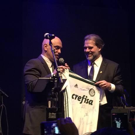 O ministro Alexandre de Moraes entrega a camiseta do Palmeiras ao novo ministro do STF, Dias Toffoli Foto: Carolina Brígido / Agência O Globo