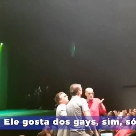 Em vídeo de campanha, Bolsonaro aparece na plateia de um show de humor sendo abraçado e beijado pelo promoter Amin Kadher Foto: Reprodução