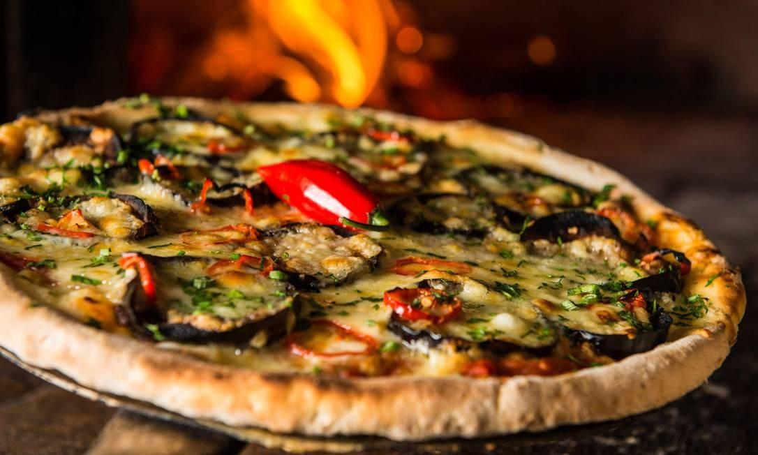 Capricciosa. Feita com farinha sem glúten, a pizza olimpia tem mozzarela, berinjela, pimenta dedo-de-moça e salsa picada (R$64). Rua Maria Angélica 37, Jardim Botânico (2527-2656) Foto: Tomas Rangel / Divulgação