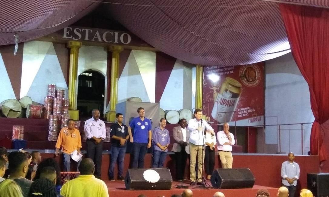 O prefeito Marcelo Crivella pede votos a canidatos do PRB durante encontro com funcionários da Comlurb Foto: Bernardo Mello