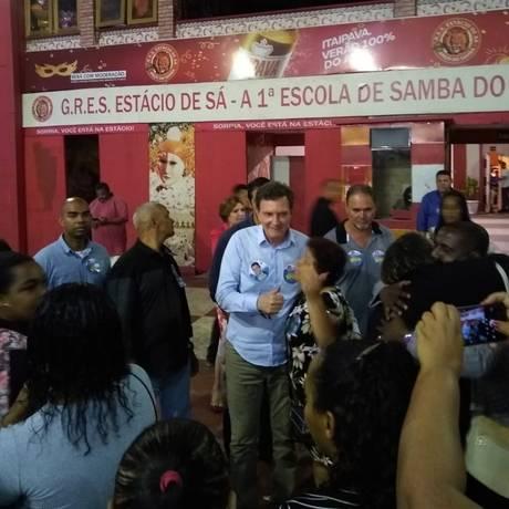 Crivella cumprimenta funcinários da Comlurb durante encontro na quadra da Estácio de Sá Foto: Bernardo Mello