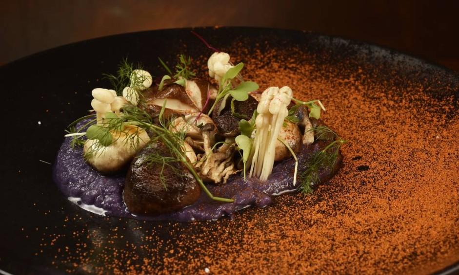Enog. O colorido do prato com blend de cogumelos é o purê aveludado de batata roxa com aspargos verdes crocantes (R$ 58). Av. das Américas 7.777, Barra (3329-6199) Foto: Bruno de Lima / Divulgação