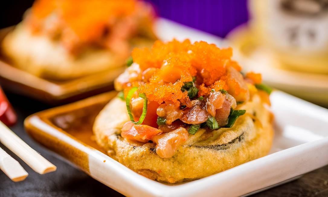 Origami. O tartar nassu (R$ 24) é um tempurá de berinjela como base para o tartar de salmão e ovo de massago. Shopping da Gávea. Rua Marquês de São Vicente 52, Gávea (2274-4094) Foto: FILICO / Divlgação