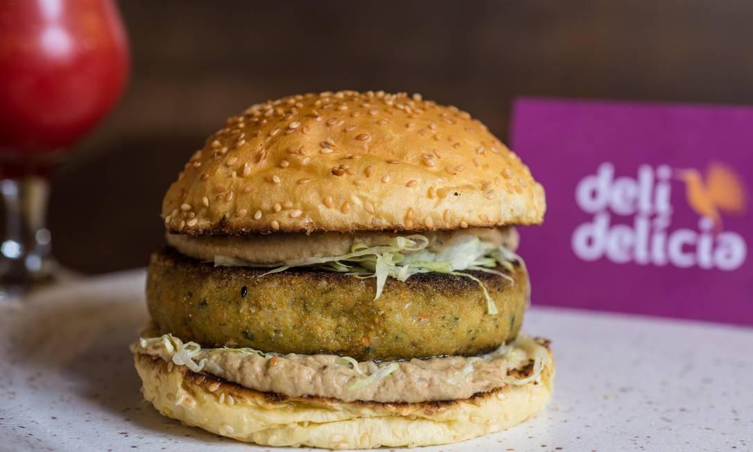 Deli Delícia. O Veggie Burger (R$ 32) vem no pão ciabatta e é feito com grão de bico e verduras, berinjela grelhada, molho aioli e rúcula. Rua São Clemente 114, Botafogo (2246-4290) Foto: Bella Cardim / Divulgação