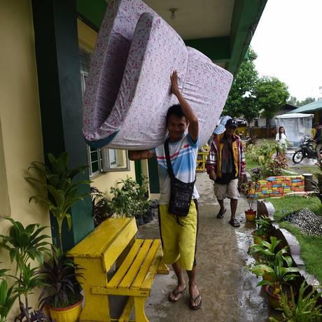Cidadão filipino se prepara para chegada de tufão Mangkut, que deve atingir porção norte do país no sábado Foto: TED ALJIBE / AFP