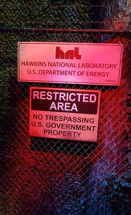 """Placa do Laboratório Nacional Hawkins, na atração inspirada na série """"Stranger Things"""", que é a principal atração do Halloween Horror Nights no parque Universal Studios de Orlando Foto: Eduardo Maia/Agência O Globo"""