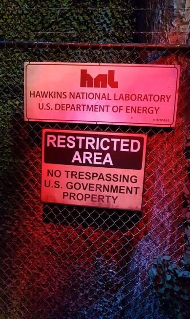 """Placa do Laboratório Nacional Hawkins, na atração inspirada na série """"Stranger Things"""", que é a principal atração do Halloween Horror Nights no parque Universal Studios de Orlando Eduardo Maia/Agência O Globo"""
