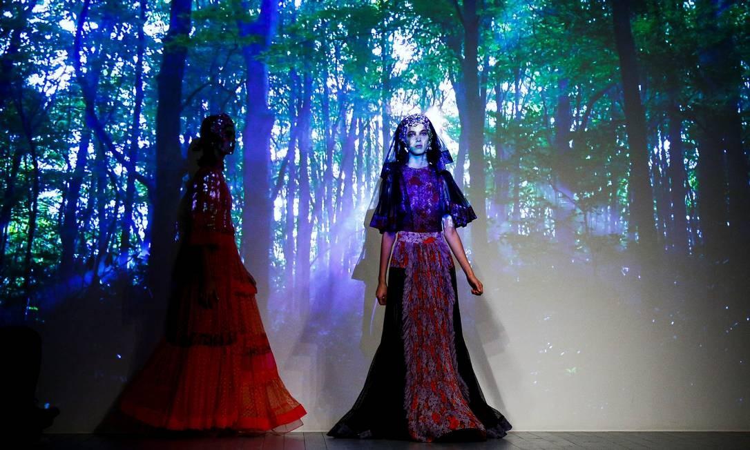 Modelos apresentam criações no desfile Bora Aksu na London Fashion Week Women's, Londres, Grã-Bretanha HENRY NICHOLLS / REUTERS