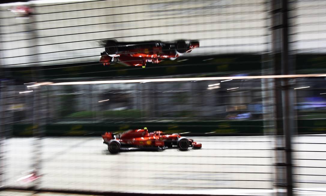 O piloto finlandês da Ferrari, Kimi Raikkonen, pilota no Circuito de Marina Bay Street durante a segunda sessão de treinos, antes do Grande Prêmio de Cingapura ROSLAN RAHMAN / AFP