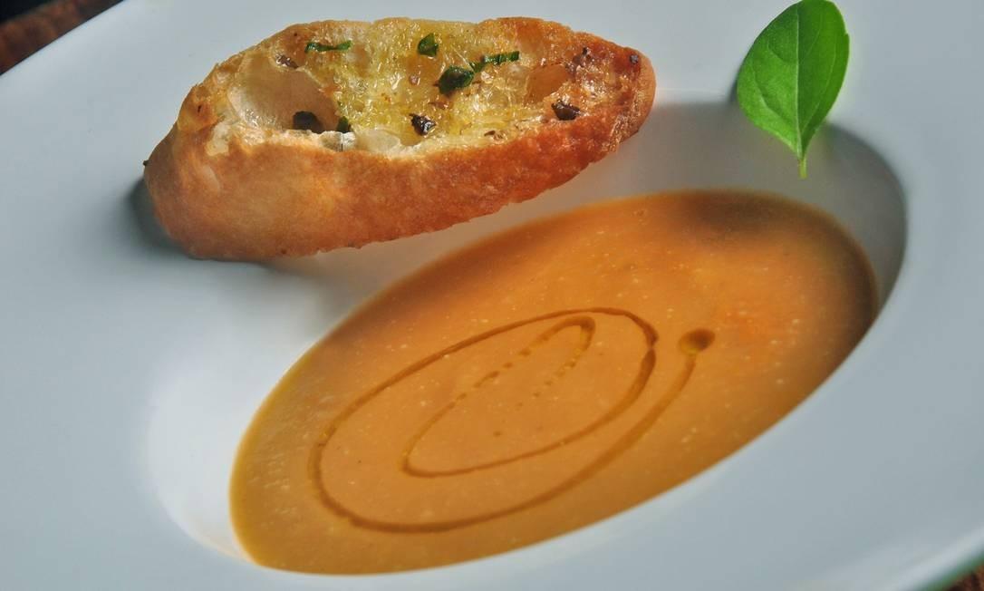 Gattopardo. A dica é a sopa de berinjela defumada com tomate e torrada com manteiga de anchova e ervas. Vogue Square. Av. das Américas 8585, Barra (3030-9498) Foto: Divulgação