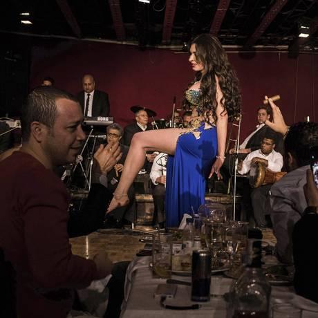 Dina, uma dançarina do entre egípcia, dança em hotel do Cairo Foto: LAURA BOUSHNAK / NYT