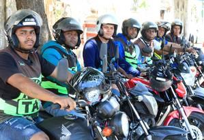 Mototaxistas enfileirados em um ponto informal na Rua Indígena, em São Lourenço: apesar da regulamentação municipal existir oficialmente desde 2015, categoria alega sofrer repressões da própria prefeitura Foto: Roberto Moreyra / Agência O Globo