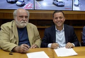 Parceria: Zeca Borges, coordenador do Disque Denúncia, e o prefeito Rodrigo Neves assinam convênio de dois anos Foto: Bruno Eduardo Alves / Prefeitura de Niterói
