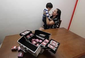 Diante da dificuldade de se recolocar no mercado após a maternidade, Adriana abriu negócio próprio em casa Foto: Paulo Nicolella / Agência O Globo