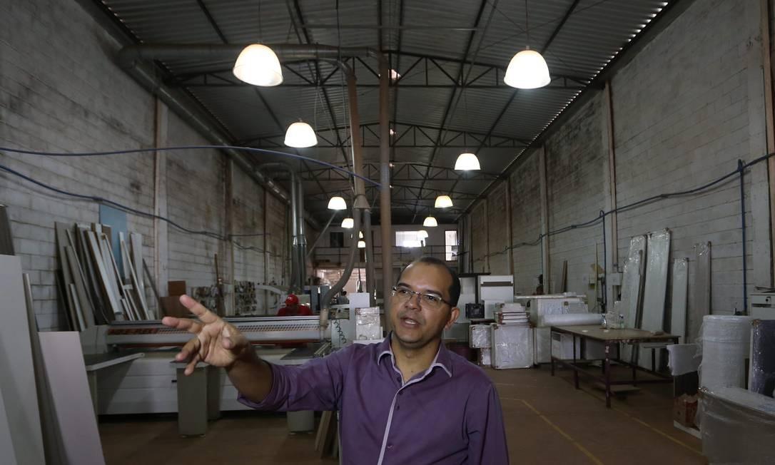 José Aurinho, da Empresa JR Móveis, tem o projeto de colocar luz solar para economizar R$ 3,8 mil na conta de energia Foto: Ailton de Freitas / Agência O Globo