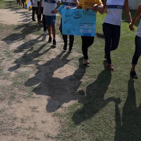 Professores e estudantes de escoals municipais do Complexo da Maré fazem um protesto contra a violência após a morte de aluno; unidade da região tem o segundo pior desempenho do Ideb neste ano Foto: Fabiano Rocha / Agência O Globo