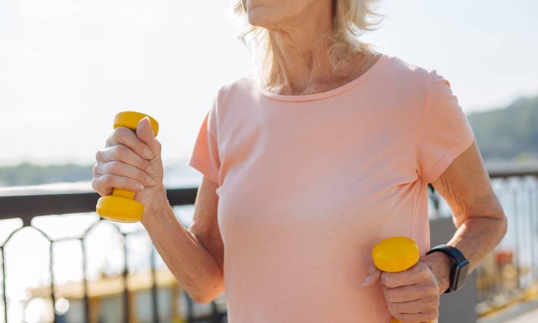 Mais comum entre mulheres que passaram pela menopausa e homens com mais de 70 anos, osteoporose é uma doença silenciosa, o que aumenta a necessidade de conscientização sobre ela Foto: shutterstock.com