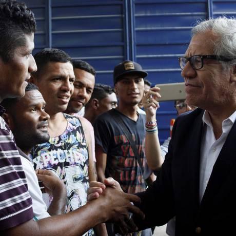 Almagro visita um centro que oferece refeições a imigrantes venezuelanos em Cúcuta, na Colômbia Foto: CARLOS EDUARDO RAMIREZ / REUTERS