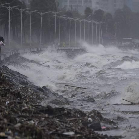 Fortes ondas causadas pela passagem do supertufão Mangkhut, em Manila Foto: NOEL CELIS / AFP