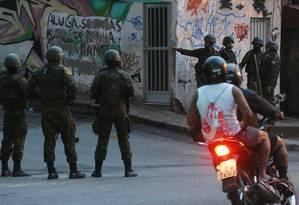 Duas pessoas ficaram feridas, entre elas um militar, numa megaoperação que acontece desde o fim da madrugada deste sábado na comunidade do Jacarezinho e nos Complexos do Alemão e da Maré Foto: Fabio Gonçalves / Agência O Globo