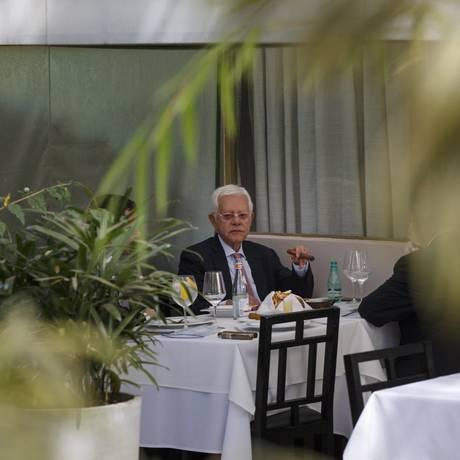 Contrariando a Lei Antifumo, o ministro Moreira Franco aprecia um charuto no restaurante Tejo, que virou o ponto de encontro em Brasília de integrantes do governo Temer Foto: Daniel Marenco / Agência O Globo